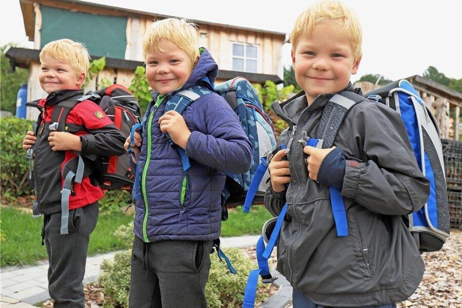 Als könnten sie kein Wässerchen trüben: Jayden, Tayler und Levi Kolbe (v.l.) probieren ihre neuen Schulranzen schon mal aus. Die Drillinge kommen in die Schule und werden alle gemeinsam in einer Klasse lernen.
