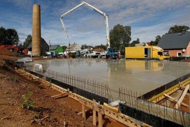 Auf dieser Bodenplatte soll die neue Firmenhalle entstehen.