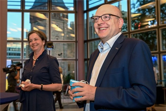 Haben die besten Chancen, in der zweiten Runde die Wahlen zum Chemnitzer Oberbürgermeister für sich zu entscheiden: Sven Schulze (SPD, rechts) undAlmut Patt (CDU). Hier bei der Vorstellung der Wahlergebnisse am Sonntag in der Stadthalle.