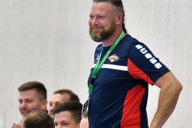 Zufriedene Gesichter: Fortschritt-Trainer Steffen Kopasz (vorn) hatte gut lachen beim 39:24-Kantersieg gegen Niederwiesa.