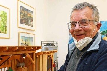 Der 73-jährige Bastler Alios Aigen-stuhler mit seinem Säge- und Hobelwerk.