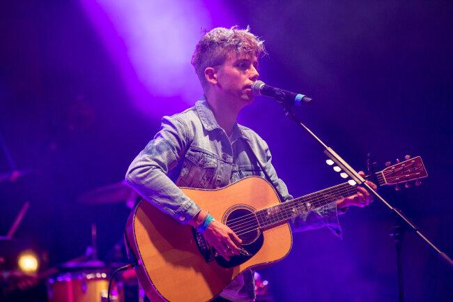 Mads Langer am Freitag auf der Bühne am Hauptmarkt. Der junge Sänger begeisterte mit seiner sanften Stimme.