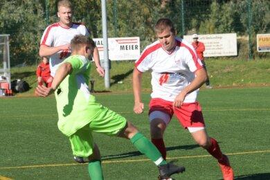 Kreisliga-Aufsteiger Niederwürschnitz um Benjamin Grimm (in Grün) musste sich dem SV Neudorf (im Bild: Thomas Löser) kurz vor Schluss mit 1:2 geschlagen geben.
