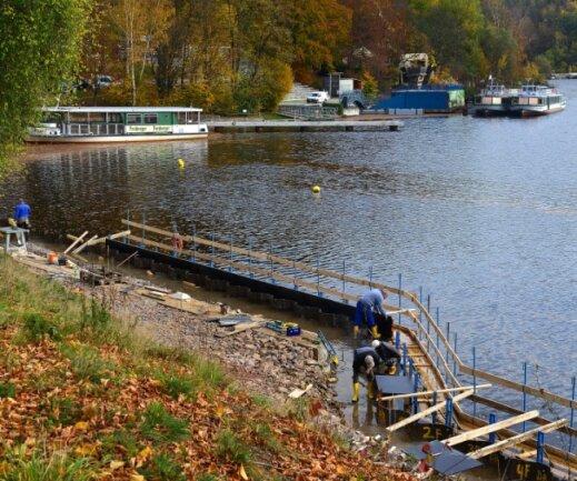 Die beiden Fahrgastschiffe liegen noch an der Seebühne vertäut. Beim Umbau des Hafens der Talsperre Kriebstein wird der Uferbereich zu einer gut sechs Meter breiten Promenade erweitert.