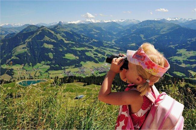 Der perfekte Durchblick - von der Hohen Salve in den Kitzbüheler Alpen auf umliegende Gipfel und Gebirgsketten.