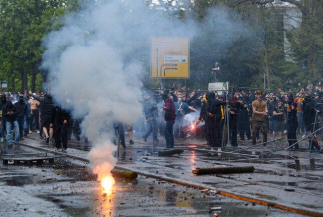 Fans von Dynamo Dresden randalieren vor dem Stadion.