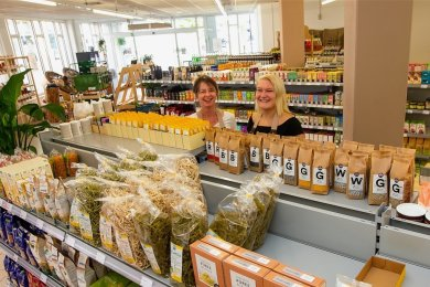 Yvonne Dunger (links) und Miriam Talke haben im April einen Bioladen eröffnet.
