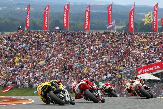 Diese Optik gibt es nur zum Sachsenring-Grand-Prix. Allein gestern säumten nahezu 90.000 Zuschauer den Traditionskurs bei Hohenstein-Ernstthal und bejubelten die Marquez und Co.