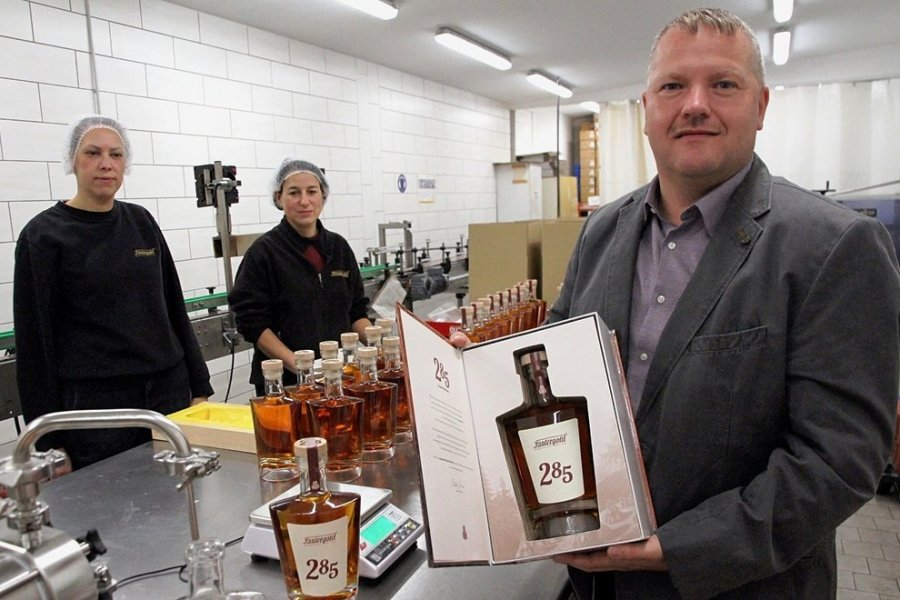 Der erste Whisky aus dem Erzgebirge trägt den Namen 285. Es ist eine Hommage an das 285-jährige Bestehen von Lautergold. Anja Link (links) und Doreen Schmidt füllen die Spirituose per Hand ab. Betriebsleiter Mike Schneising (rechts) ist stolz auf das Gesamtprodukt.