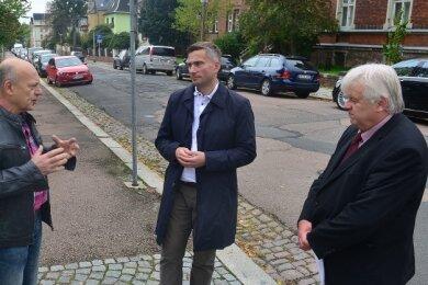 Ulf Schindler (l.), der mit seiner Firma am Striegisweg ansässig ist, im Gespräch mit Staatsminister Martin Dulig und Bürgermeister Dieter Greysinger (r.) auf der Heinrich-Heine-Straße in Hainichen. Beide Straßen werden mit Fördermitteln saniert.