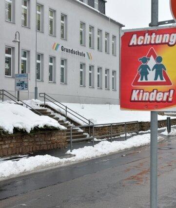 """Die Fassade der Grundschule """"Am Wasserturm"""" im Stadtteil Siebenlehn soll in diesem Jahr hergerichtet werden."""