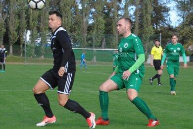 Sven Schönherr (l., hier im Duell mit Florian Heydeck) hatte gegen Oelsnitz nach 20 Sekunden die Riesenchance zur Führung für den FC Stollberg. Am Ende verlor der FCS mit 0:4.