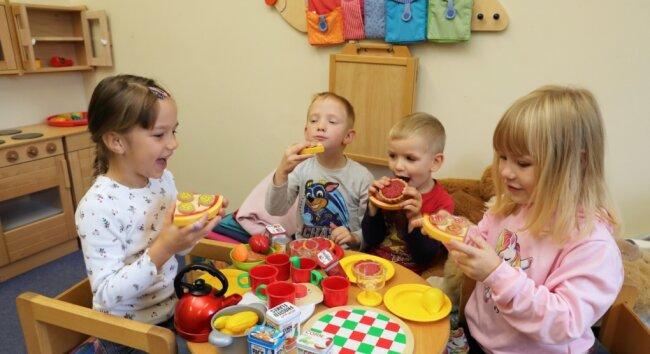 """Auch wenn die Pizza und das Erdbeertörtchen aus Holz sind - in der Spielküche des Kindergartens """"Pfiffikus"""" in Schwarzenberg-Neuwelt wird gerade """"Abendbrot"""" aufgetischt. Rollenspiele sind bei den Jüngsten nach wie vor beliebt: So geht es also zu am Esstisch bei Familie """"Pfiffikus""""."""