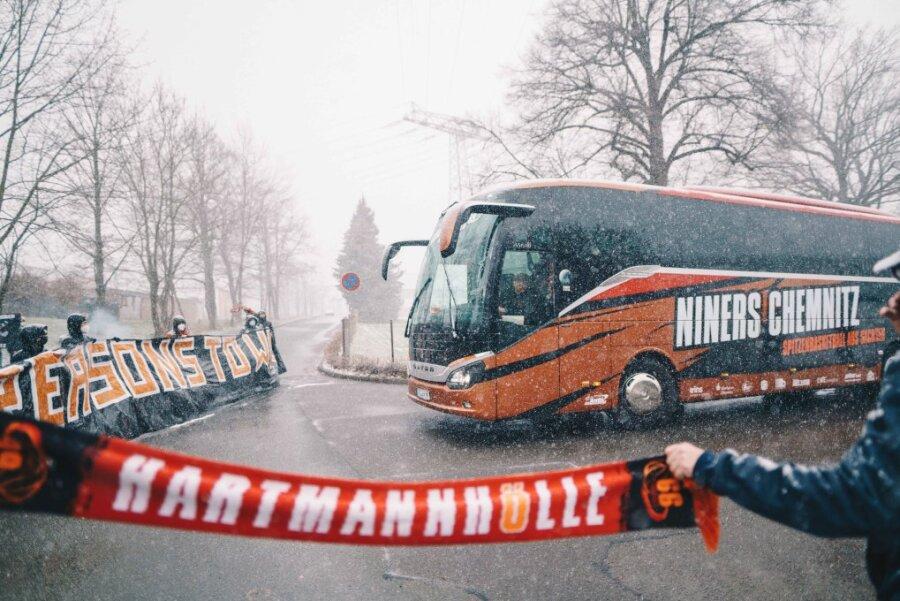 Fan-Aktion bei Schneetreiben: Niners-Fans schicken ihr Team lautstark zum Ost-Derby
