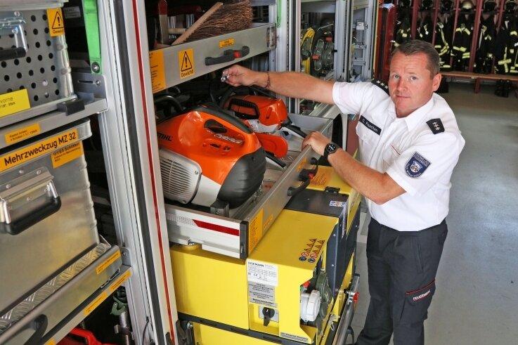 Stadtwehrleiter Christian Paschen zeigt die umfangreiche Ausstattung des Einsatzfahrzeuges für den Katastrophenschutz.