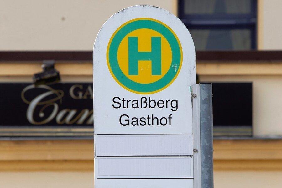 Ausrangiert: Alte Schilder werden im Vogtland abgebaut.