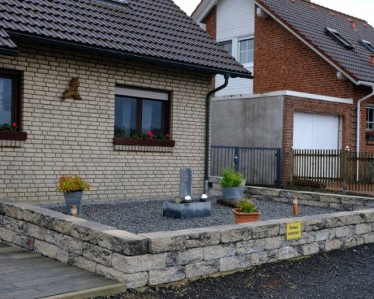 Viele Steine und nur ganz wenig Grün: Vorgärten wie dieser auf dem Symbolbild gibt es auch zunehmend im Chemnitzer Stadtgebiet, sagt ein Naturschützer.