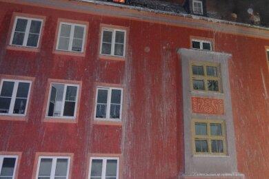 Durch den Löschwassereinsatz ist das Mehrfamilienhaus an der Karl-Liebknecht-Straße in Oelsnitz derzeit nicht bewohnbar. Das Feuer am Donnerstagabend betraf den Dachstuhl, nicht die Wohnungen.