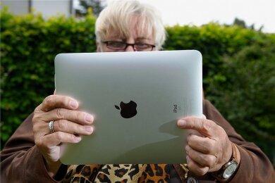 Rentnerin mit Tablet: Nahkampftraining bei der Kommunikation im Internet ist kein Problem einzelner Schichten oder Altersgruppen.