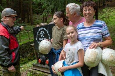 Gert Hofmann ist einer der Führer am Gegentrum-Stolln. Hier weiht er Arthur und Marlen Engel sowie deren Großeltern Hartmut und Margit Gundlach (v. l.) in die Geheimnisse des Berges ein.