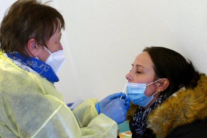 Als freiwillige Helferin packt auch Rentnerin Hannelore Mehner im Scharfensteiner Testzentrum mit zu und nimmt Abstriche.