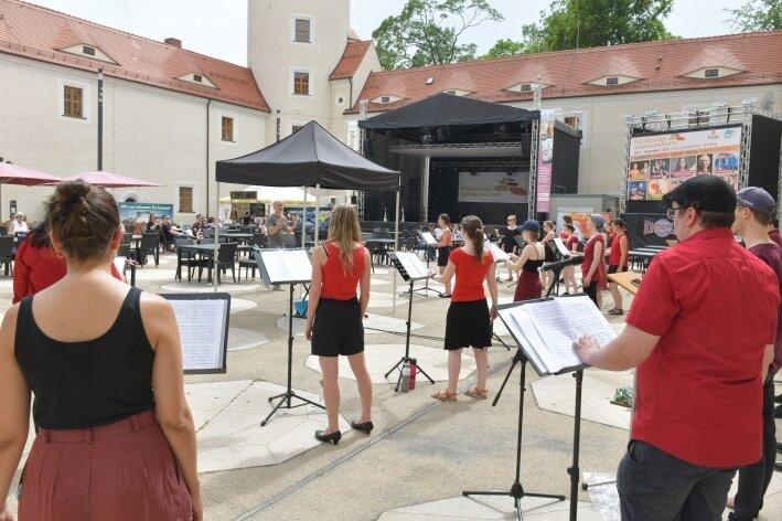 Gesang schwingt im Schlosshof