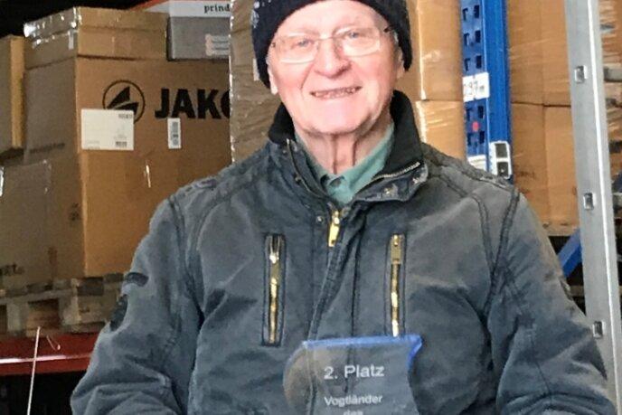 Bernd Weißbach im Herzstück der Kinderhilfe Westafrika in Oelsnitz - dem Spendenlager im ehemaligen E-Werk an der Schillerstraße.