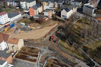 Der Belag der alten B 175 im Bereich des Gedächtnisplatzes wurde bereits abgefräst und mit dem Rückbau begonnen.