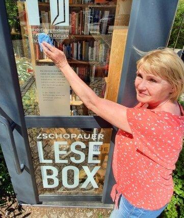 Claudia Schulz beim Frühjahrsputz an der Lesebox der Zschopauer Stadtbibliothek.
