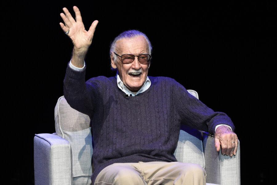 Stan Lee, Erfinder von Comicfiguren wie «Spider-Man» und «Iron Man», winkt während der Gala «Extraordinary: Stan Lee» zu seinen Ehren.