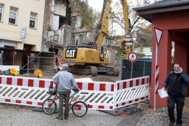 Das marode Gebäude an der Leipziger Straße wird derzeit abgerissen. Teilweise müssen die Arbeiter sehr vorsichtig sein.