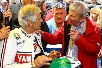 Rolf Uhlig (r.) ist dem Motorsport eng verbunden, kennt zahlreiche Fahrer persönlich. Hier plaudert er mit dem 15-maligen Weltmeister Giacomo Agostini.