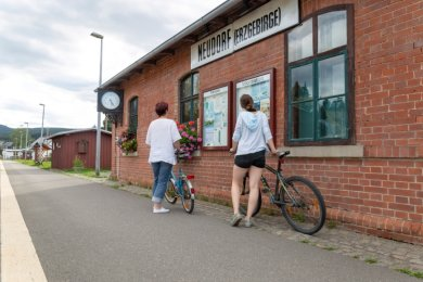 Fahrradfahrer haben an vielen Bahnhöfen im Erzgebirgskreis - wie hier in Neudorf - laut dem Allgemeinen Deutschen Fahrradclub schlechte Karten: Abstellmöglichkeiten für Räder gibt es nicht.