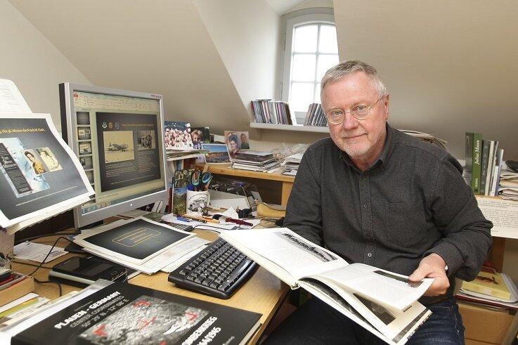 Gerd Naumann, hier noch an seinem alten Arbeitsplatz im Vogtlandmuseum, wird in diesem Jahr mit der Stadtplakette geehrt.