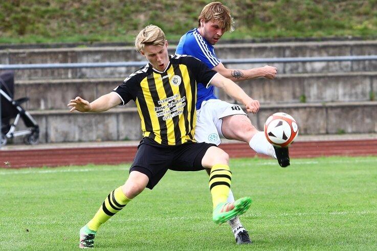 Den Gelenauer Treffer zum 3:0 steuerte Paul Schüppel (r.) bei, der auch von Neustädtels Marlon Böhm nicht gestoppt werden kann.