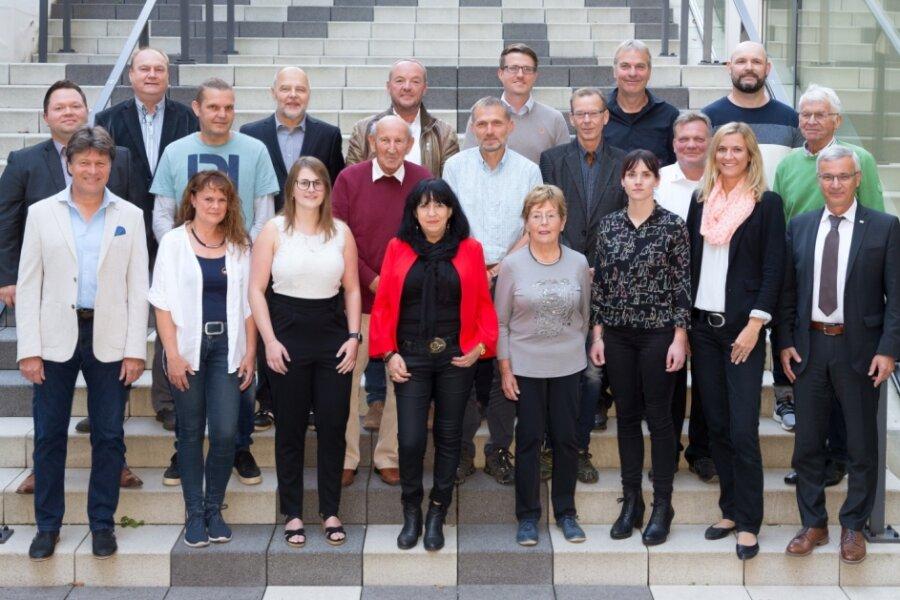 20 der 29 nominierten Ehrenamtler erschienen am Mittwoch im Landratsamt auf Einladung von Landrat Rolf Keil (vorn rechts) und vom Präsidenten des Kreissportbundes Steffen Fugmann (vorn links).