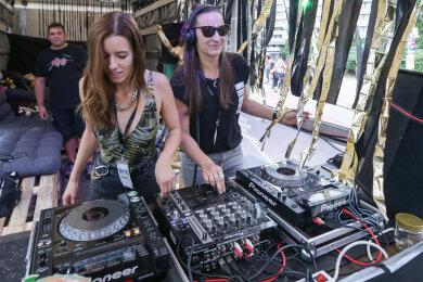 """Isabel Eißmann (links) und Christin Busch gehören zu den """"Women of Techno"""". Von ihrem Wagen aus heizten sie den Zuschauern und Tanzwütigen auf der Straße ein, die der East Parade stundenlang folgten."""