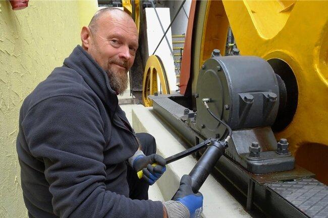Betriebsleiter Peter Donat fettet schon einmal den Hauptantrieb der Drahtseilbahn.