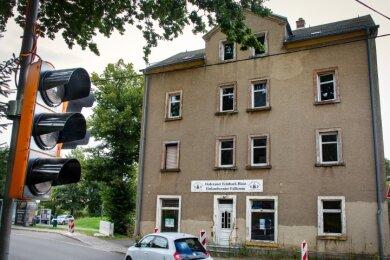 Vor dem Haus Ernst-Thälmann-Straße 14 ist in Falkenau eine Ampelanlage installiert worden. Mit dem Abriss des Hauses soll am 7. September begonnen werden.