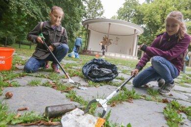 Die Zwillinge Janine und Jasmin Eichhof, beide 14 Jahre alt, waren am Samstag beim Aufsammeln von Müll und Unrat am Schloßteich dabei.
