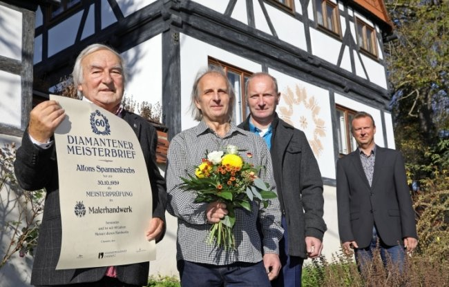 Alfons Spannenkrebs (links) aus Lobsdorf mit den Söhnen Udo (v.l.) und Olaf, daneben Innungsmeister Andreas Pfauch (ganz rechts).