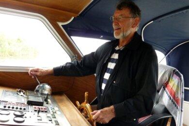 Stephan von Randow 2018 am Steuer bei einer viertägigen Bootstour mit Tennisfreunden im Rheinsberger Seengebiet (Nord-Brandenburg).