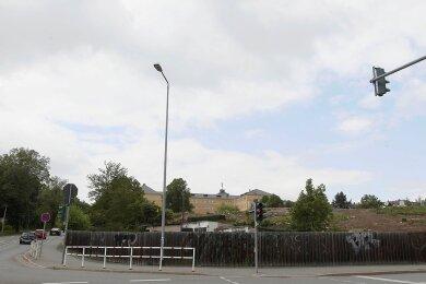 """Zwischen Reißiger Straße (vorn) Chamissostraße (links) und Lessing-Gymnasium (im Hintergrund) soll Plauens neue XXL-Sporthalle mit 2000 Zuschauerplätzen entstehen. Die Kleingartenanlage """"Frühauf"""" auf dem Hügel-Areal musste dafür bereits weichen."""