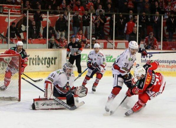 Scott Feser (rechts) brachte die Eispiraten mit seinen Treffern zum 2:3 und 3:3 am Sonntagabend gegen die Wölfe Freiburg wieder ins Spiel zurück. Am Ende gewann Crimmitschau nach Penaltyschießen.