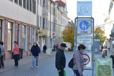 """Die Schilder am Beginn der Fußgängerzonen in Freiberg - hier die Burgstraße - sind am Montag um Hinweistafeln zur Maskenpflicht ergänzt worden. Eine rechtliche Verpflichtung zur Beschilderung gebe es nicht, betonte OB SvenKrüger: """"Wir machen es, um unsere Bürger aufzuklären und immer wieder darauf hinzuweisen."""""""