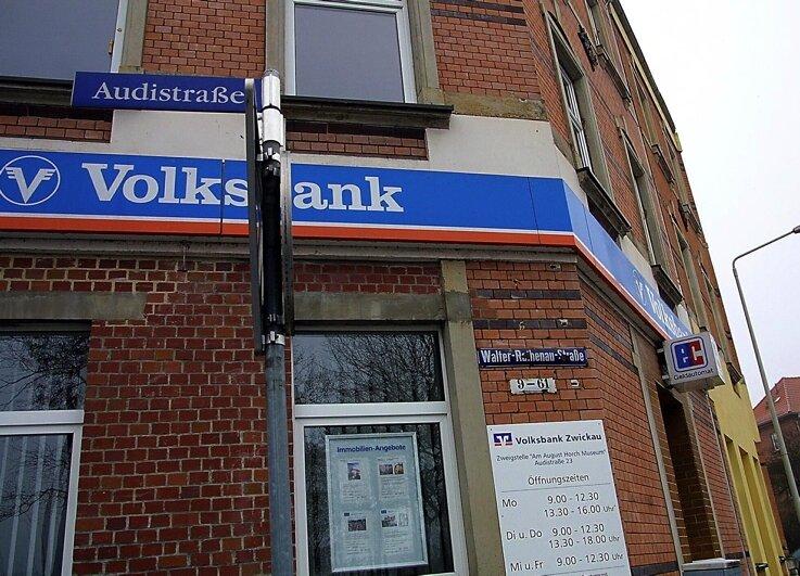 Die Pölbitzer Volksbank-Filiale an der Ecke Audi-/Trabantstraße wurde gestern Früh von einem maskierten Räuber überfallen. Danach blieb die Außenstelle zunächst geschlossen.