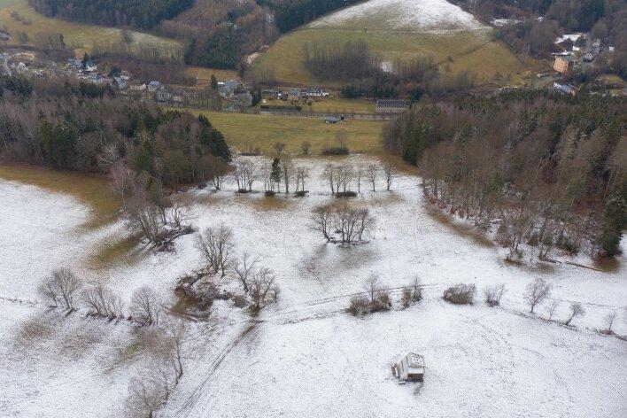 Der Skihang in Herold von oben. Vorn, rechts der Mitte, ist die Bergstation zu sehen. Die Aufnahme zeigt allerdings nur die Hauptpiste, auf der es direkt links und rechts neben dem Lift zu Tal geht. An dem Waldstück am rechten Bildrand ist außerdem der Einstieg in die zweite Piste zu sehen.