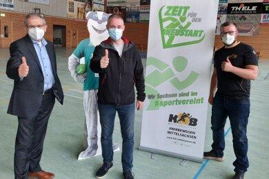 Machen sich für einen Neustart stark: Die Handballer der HSG Freiberg, hier Vorstandsvorsitzender Tobias Scholz (M.) und sein Stellvertreter Erich Fritz (l.) mit KSB-Geschäftsführer Benjamin Kahlert.
