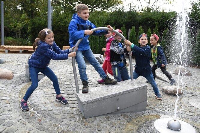 Die Hortkinder der Grundschule in Bad Elster erfreuen sich an den Spielelementen des neuen Wasserspielplatzes.