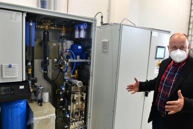 Mitarbeiter Ronny Arnold zeigt, wie platzsparend eine Reinstwasser-Aufbereitungsanlage der Hartmann GmbH aus Hainichen ist.